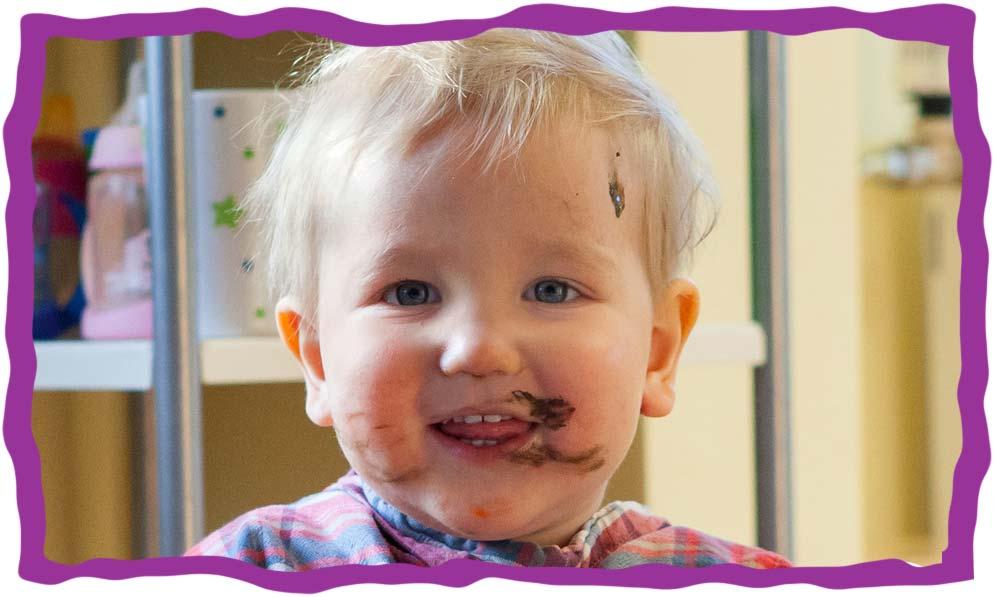 Bild eines Kindes mit Farbe im Gesicht in der KITA Karamba